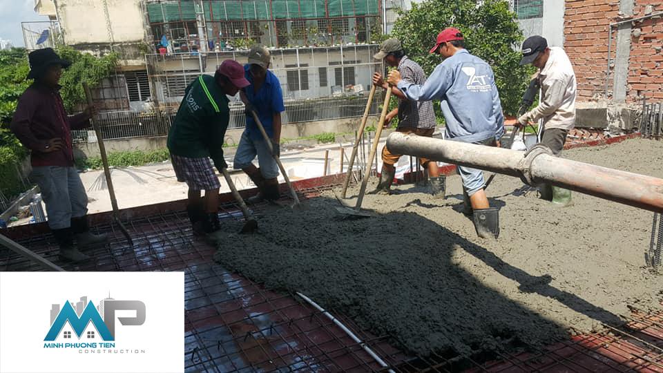 Công nhân nhà cung cấp bê tông đang đổ