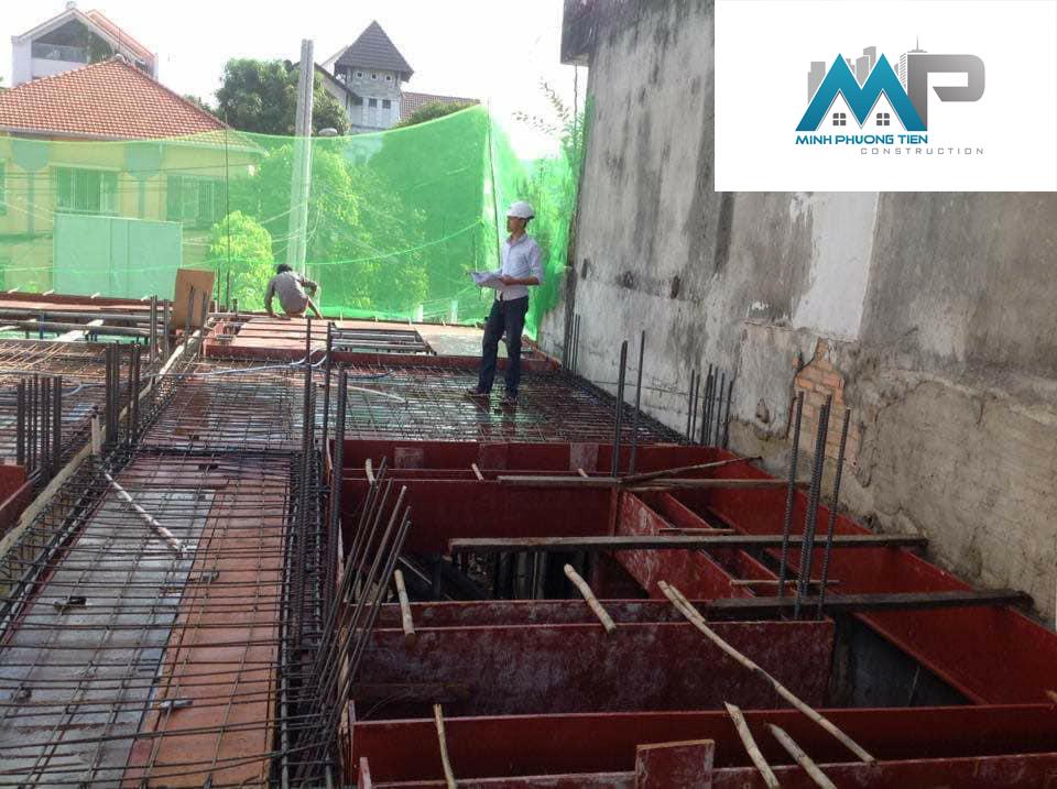 Kỹ sư Minh Phương Tiến nhiệm thu cốt thép trước khi bơm bê tông tầng lửng